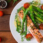 Začíná chřestová sezóna: máme pro vás recept na vynikajícího lososa s pečeným chřestem!