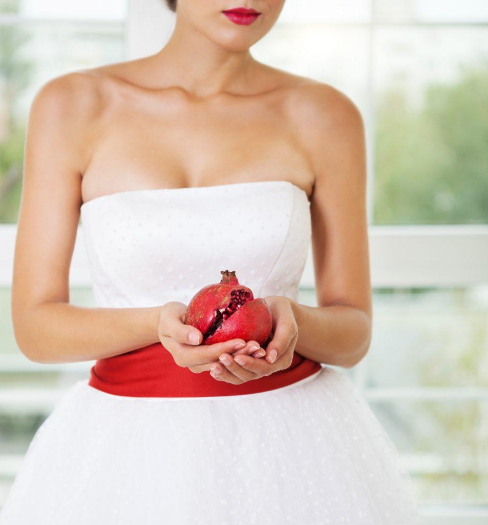 Granátové jablko v rukách nevěsty